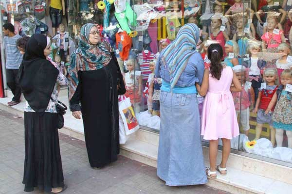 7779fa87b النساء يتكفلن باقتناء ملابس العيد للأطفال